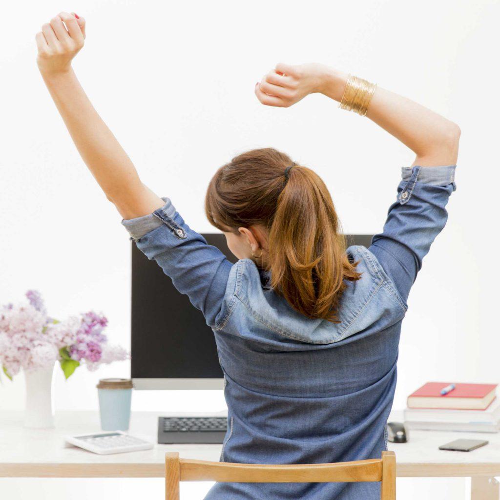 Zufriedene Frau am Arbeitsplatz